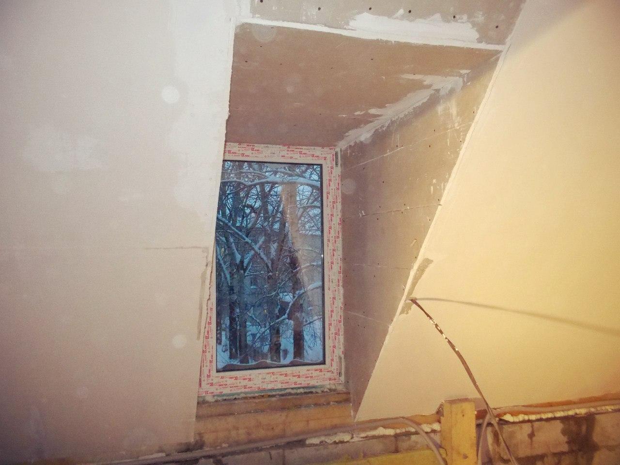 Окно на мансардном этаже часовни