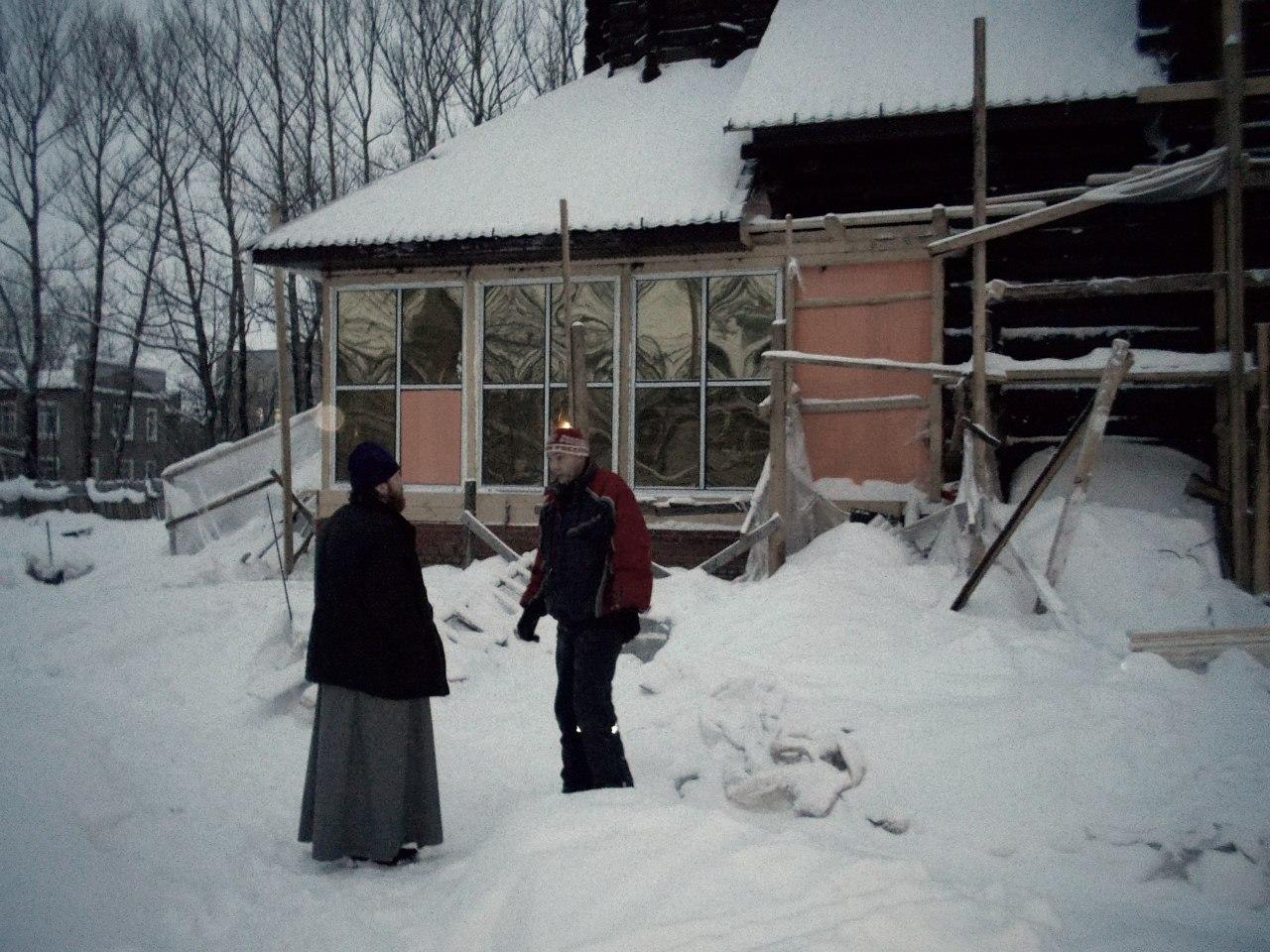 Благочинный о.Александр Солодовщиков беседует со строителем