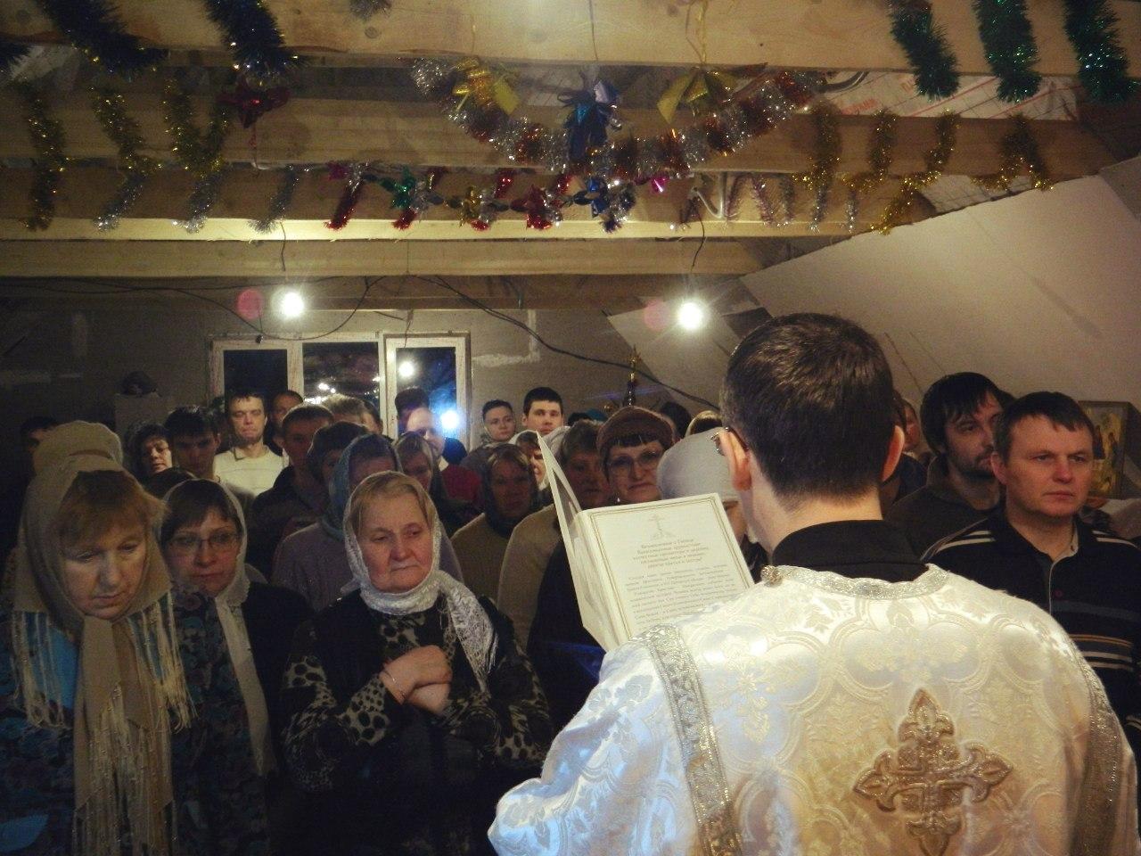 Пом. настоятеля Константин Старцев читает рождественское послание митрополита Мефодия (Пермского и Соликамского)