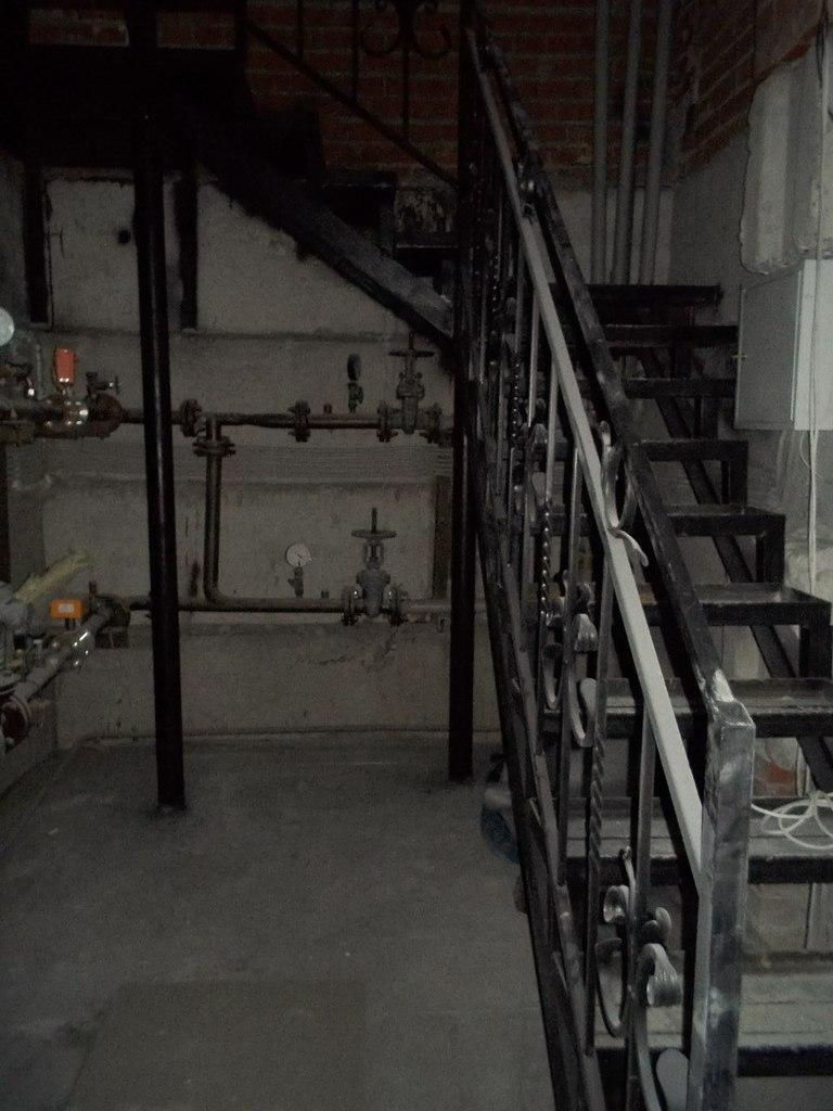 Установлена лестница с цокольного этажа на верх