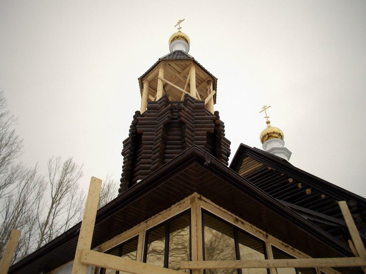 Проводятся завершающие работы с колокольней храма. Смонтирована водосточная система.