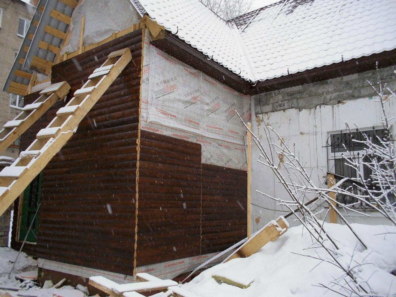 Начались ремонтные работы по фасаду старого здания часовни Луки Войно-Ясенецкого: фасад обшивается ветро- и влагозащитной пленкой и блокхаусом.