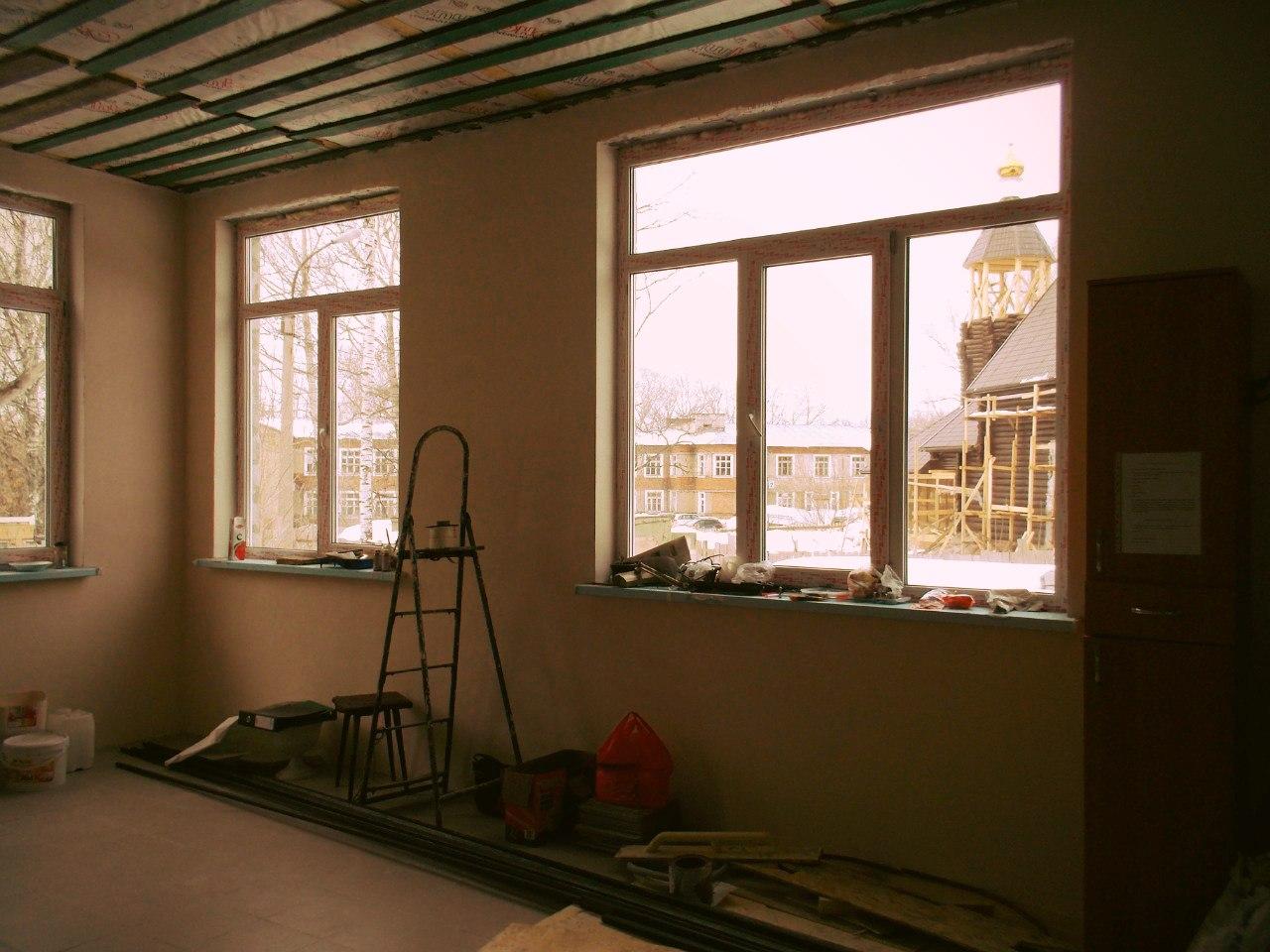 Проделана работа со стенами в трапезной, на полу уложена плитка. На подходе - работа с потолками.