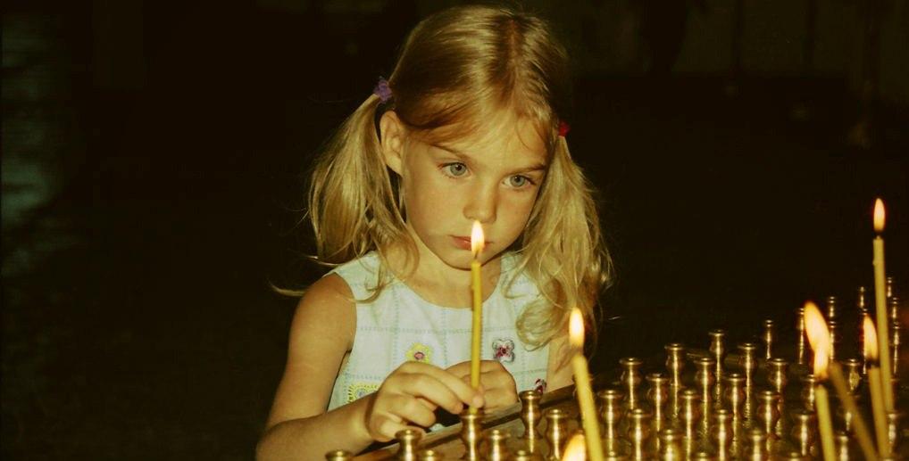 Ребенок со свечей перед кануном