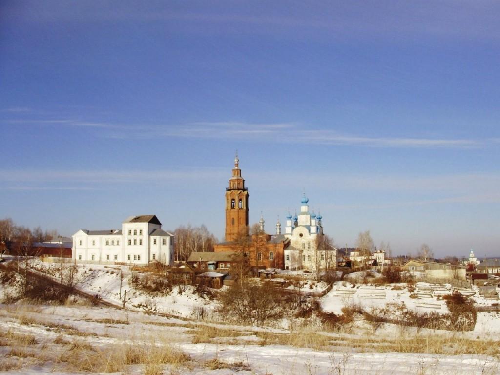Фото: в левой части кадра видна перестроенная Преображенская церковь. В центре - Воскресенский собор.